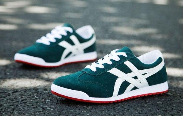 Зеленые мужские недорогие кроссовки с полосами