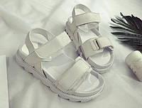 Недорогие белые женские сандали на липучках