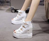 Женские белые босоножки на платформе с переплетом