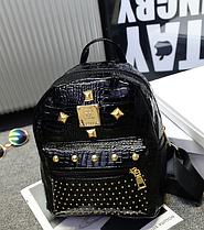 Рюкзак маленький глянцевый городской черный  Модный Высота 25 см. С заклепками.
