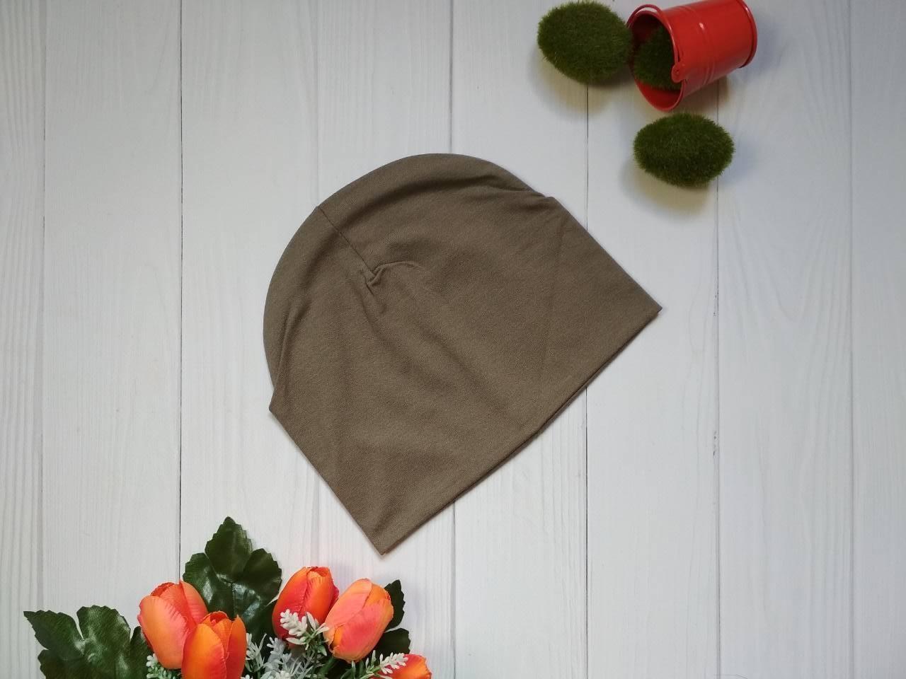 Трикотажная демисезонная детская шапка коричневого цвета