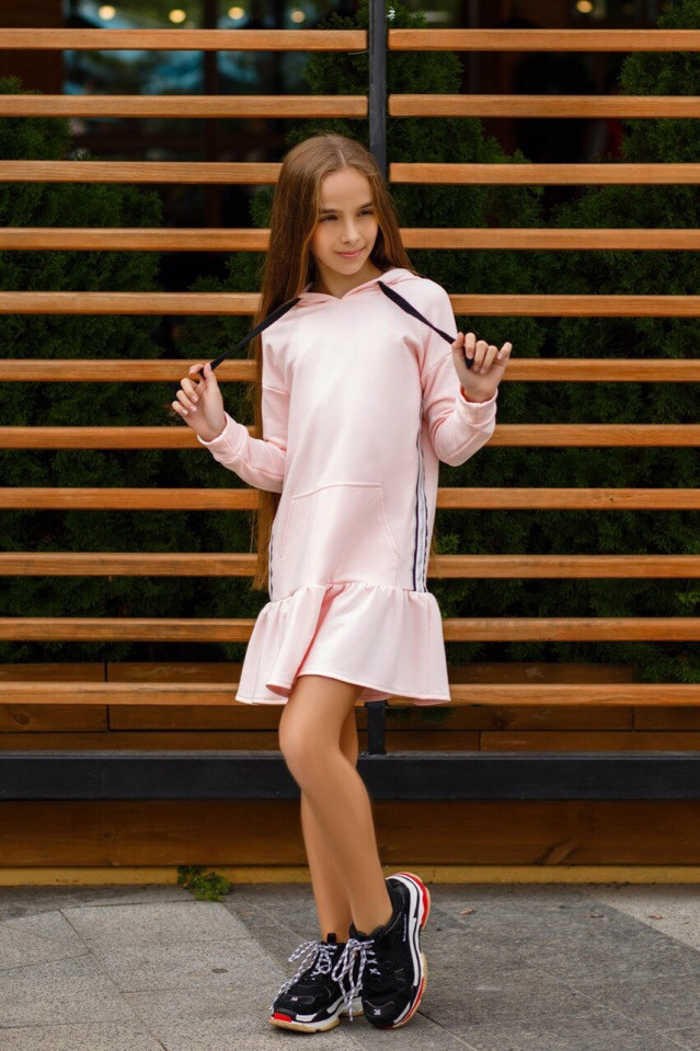 Платье для девочки спортивное с лампасами.