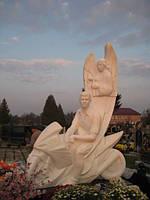 Статуи мраморные с бежевого камня