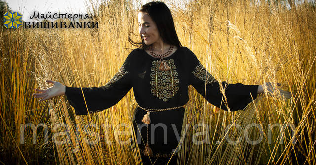 Дівчина у вишиванці в золотій траві
