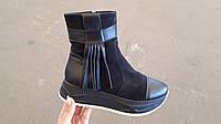 Демисезонные замшевые ботинки с кисточкой.