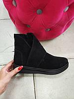 Демисезонные замшевые черные ботинки.