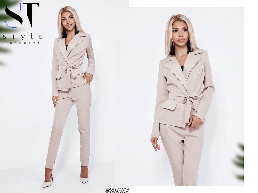 Элегантный брючный костюм: пиджак без застежки и прямые брюки с отворотами