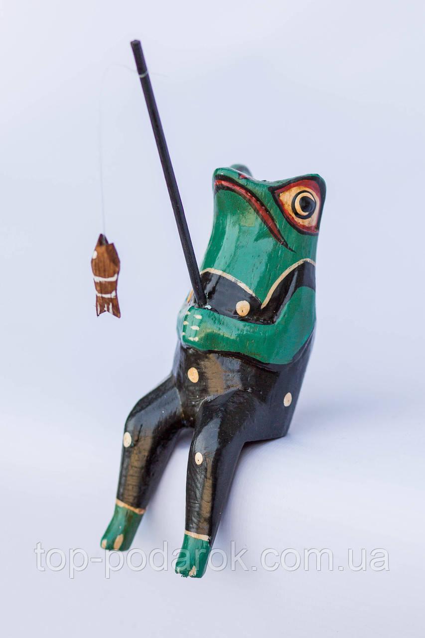Статуэтка лягушка-рыбак деревянная высота 13 см
