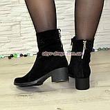 Ботинки замшевые демисезонные на невысоком каблуке, декорированы накаткой камней, фото 6