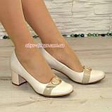 Женские светлые кожаные туфли на невысоком каблуке, декорированы брошкой, фото 4
