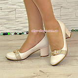 Женские светлые кожаные туфли на невысоком каблуке, декорированы брошкой, фото 5
