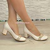 Женские светлые кожаные туфли на невысоком каблуке, декорированы брошкой, фото 6