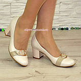 Женские светлые кожаные туфли на невысоком каблуке, декорированы брошкой, фото 7
