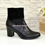 Женские черные кожаные демисезонные ботинки на каблуке, декорированы стразами, фото 2