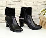 Женские черные кожаные демисезонные ботинки на каблуке, декорированы стразами, фото 3