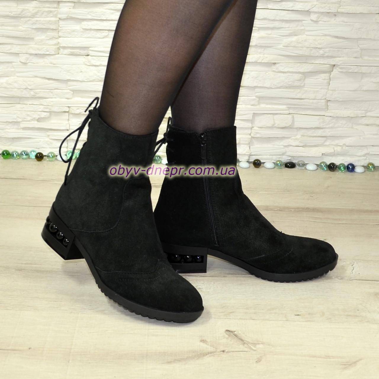 Ботинки замшевые зимние на маленьком каблуке, сзади на шнуровке