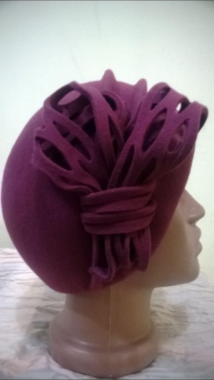 Фетровая бордовая шапка с двумя выпуклыми складами украшенная ажурным цветком