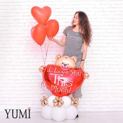 Композиция: Мишка с сердцем и 3 красных сердечка на подставке из 8 белых шаров с декором из золотых ШДМ, фото 2