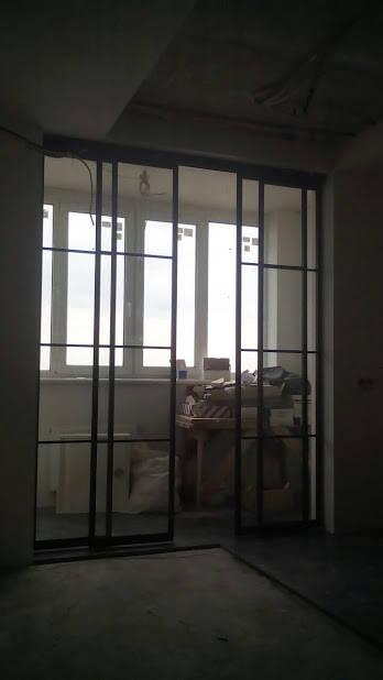 Раздвижные двери на балкон. Зонирование комнат 10