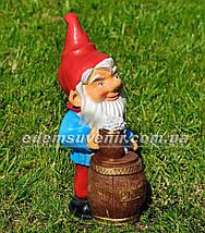 Садовая фигура Гном с пивом малый, фото 3