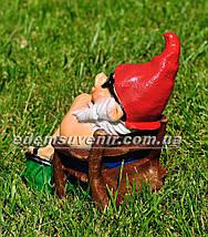 Садовая фигура Гном на отдыхе малый, фото 3