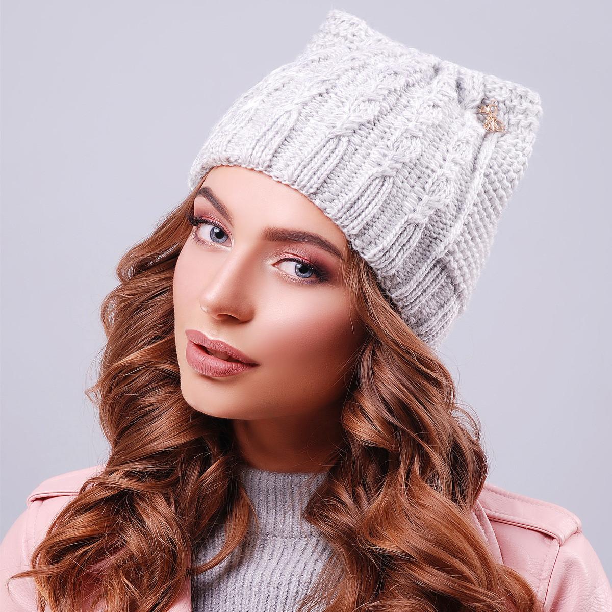 Светло-серая вязаная шапка с ушками