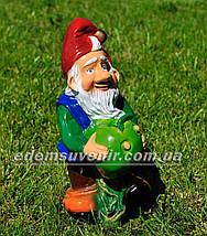 Садовая фигура Гном с яблоком малый, фото 3