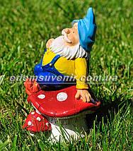 Садовая фигура Гном на грибе малый, фото 2