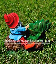 Садовая фигура Гном на пеньке малый, фото 3