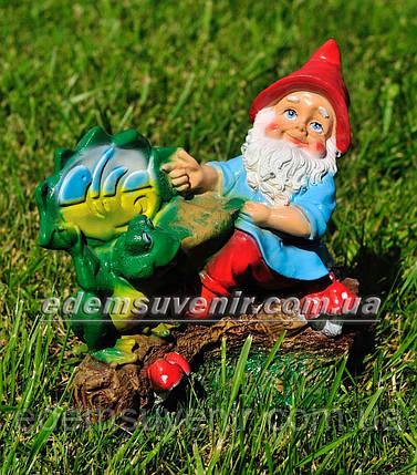 Садовая фигура Гном на пеньке малый, фото 2