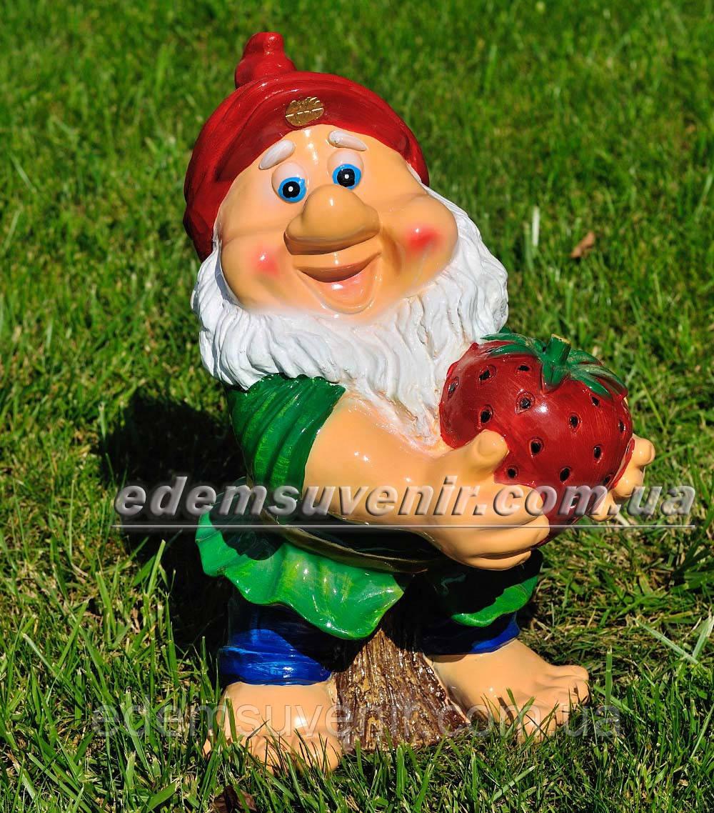 Садовая фигура Гном с клубникой средний