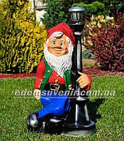Садовая фигура Гном у фонаря светодиодного