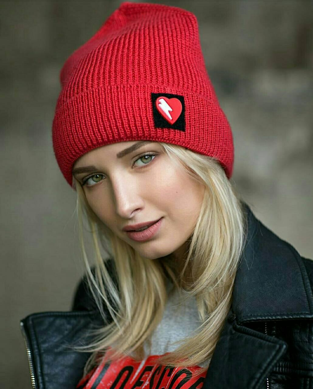 Женская зимняя шапка вязаная с сердечком