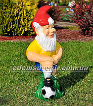 Садовая фигура Гном футболист, фото 3