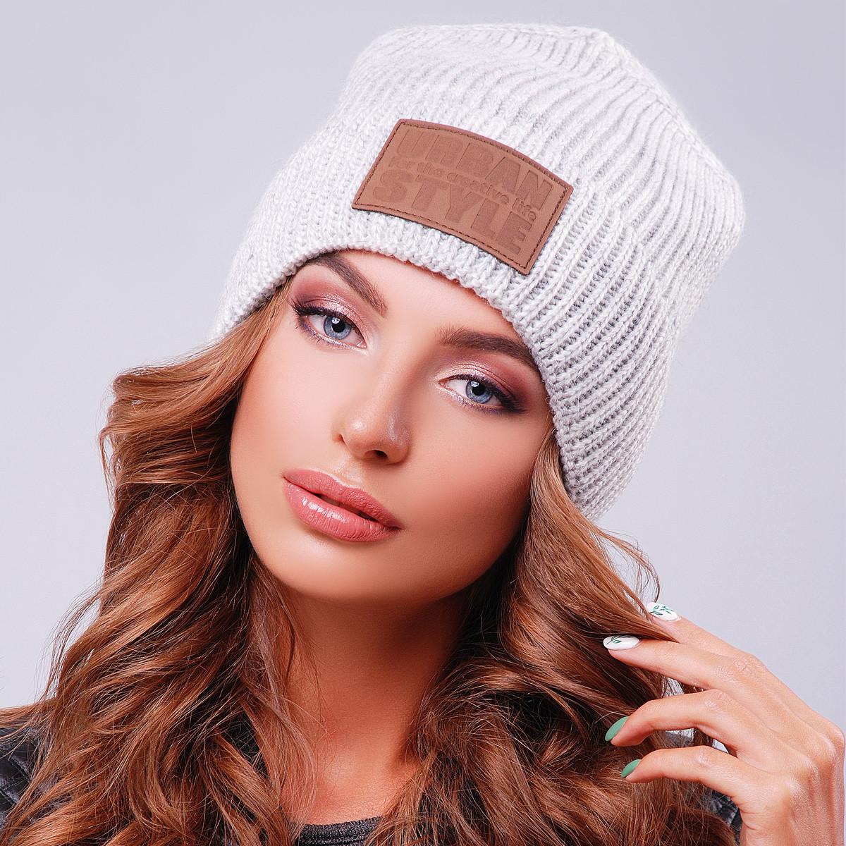 Светло-серая шапка унисекс вязаная