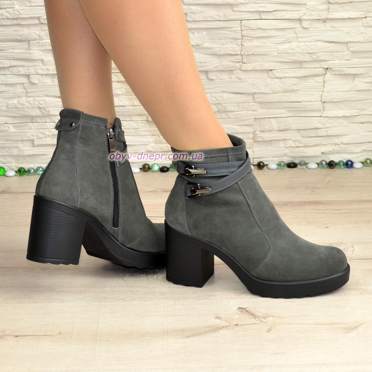 Женские зимние ботинки на устойчивом каблуке, цвет серый