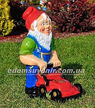 Садовая фигура Гном большой с газонокосилкой, фото 3