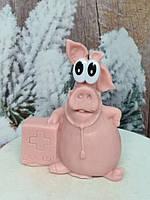 Подарочное мыльце розовая свинка доктор, ручная работа. Вес 130 г. Сувенир под елочку