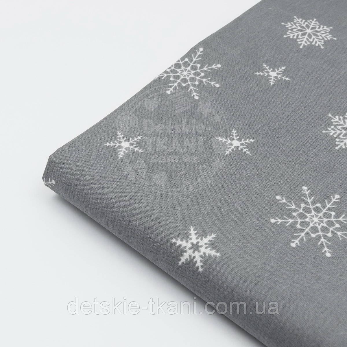 Лоскут ткани с редкими снежинками на сером (графитовом) фоне № 451