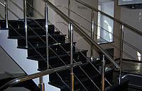 Лестница на второй этаж из гранита