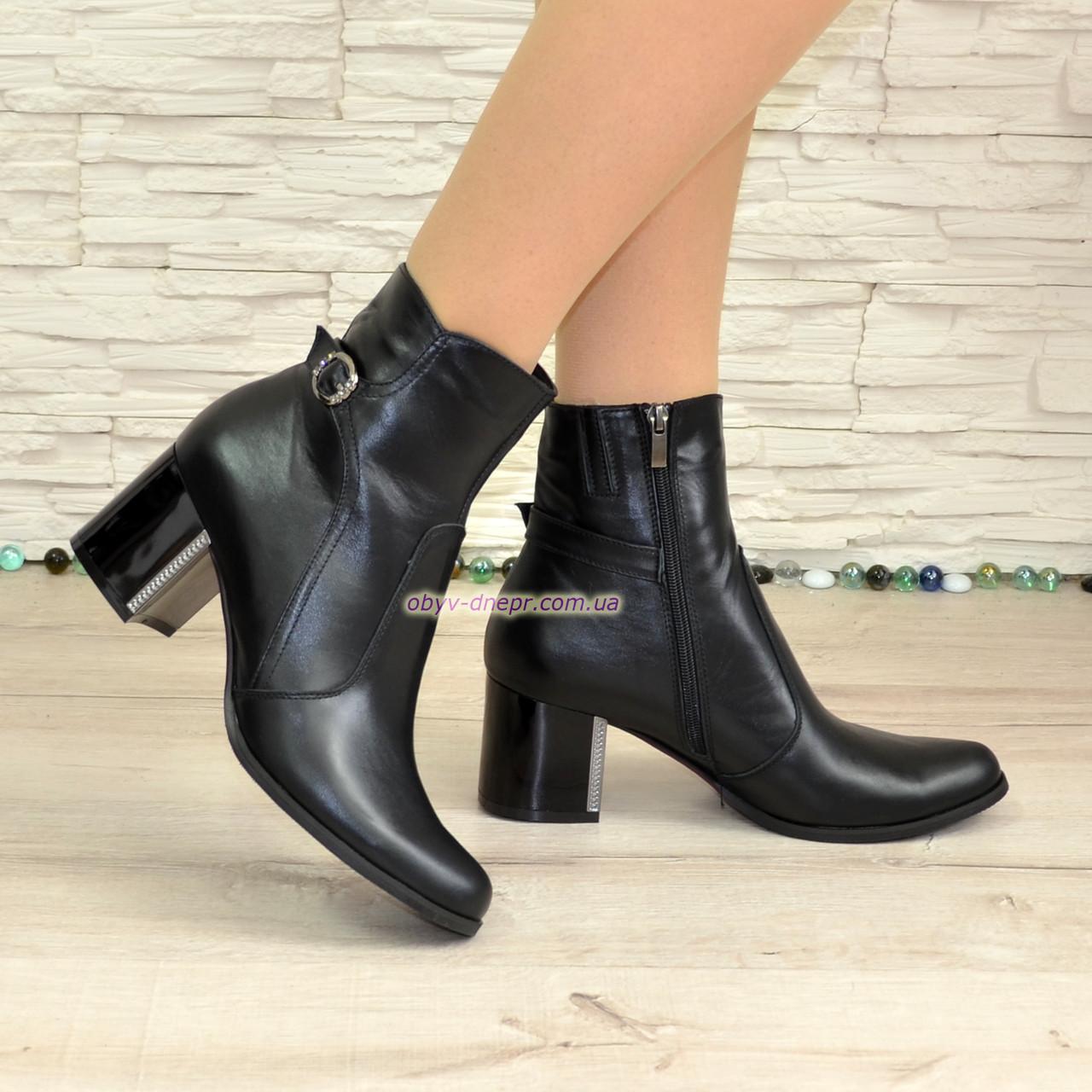 Ботинки кожаные демисезонные черные на невысоком каблуке, декорированы ремешком