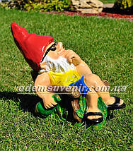 Садовая фигура Гном на отдыхе, фото 3