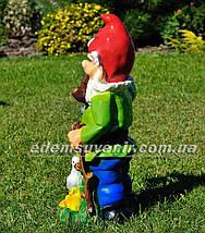 Садовая фигура Гном с уткой у фонаря, фото 3