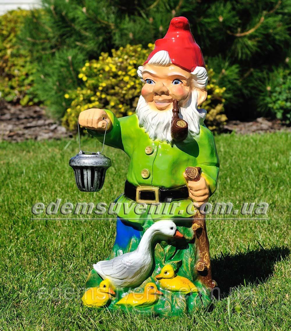 Садова фігура Гном з качкою біля ліхтаря
