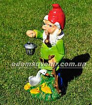 Садовая фигура Гном с уткой у фонаря, фото 2