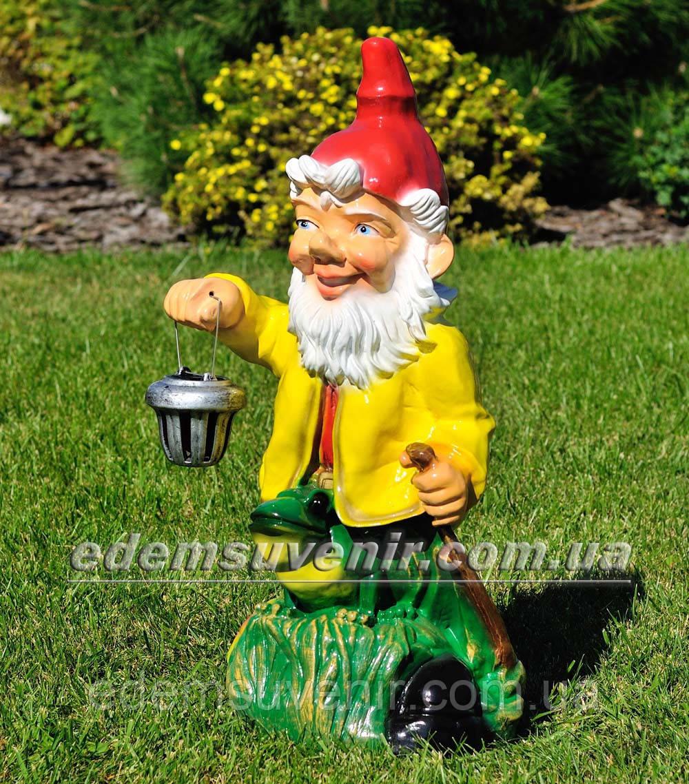Садовая фигура Гном с жабой с фонарем