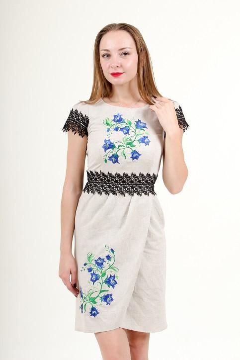 Льняное платье украшено машинной вышивкой и кружевом
