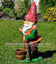 Садовая фигура Гном у забора большой, фото 2