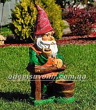Садовая фигура Гном у забора большой, фото 3
