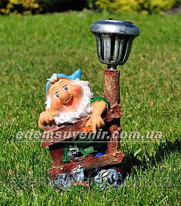 Садовая фигура Гном у забора с фонарем малый
